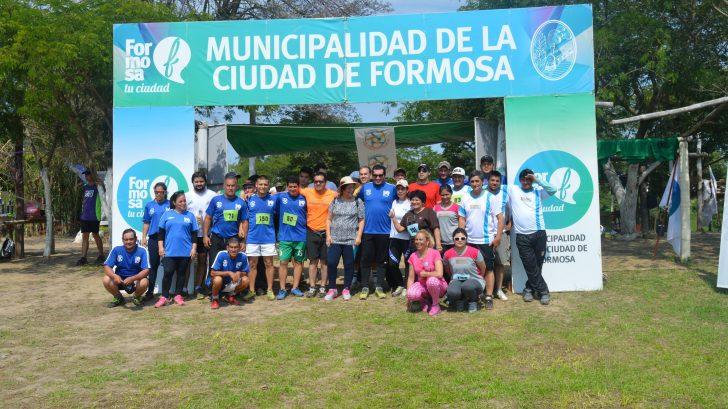 Todos los participantes del Trail Running posando para la foto del recuerdo.